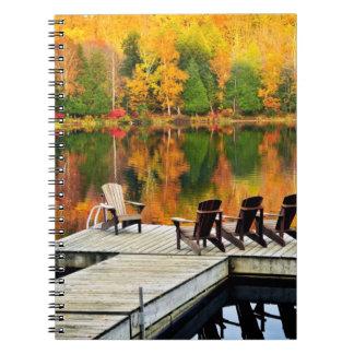 Muelle de madera en el lago autumn libro de apuntes