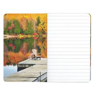 Muelle de madera en el lago autumn cuadernos grapados