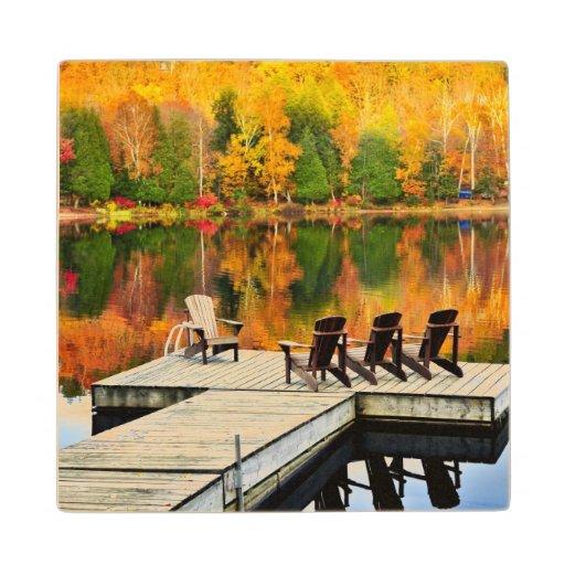 Muelle de madera en el lago autumn
