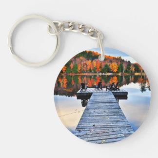 Muelle de madera en el lago del otoño llavero redondo acrílico a doble cara