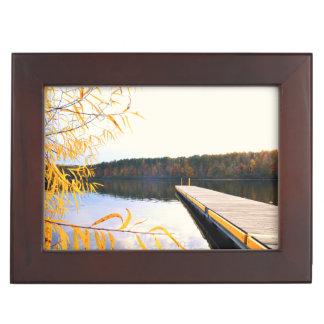 Muelle del barco del lago en otoño cajas de recuerdos