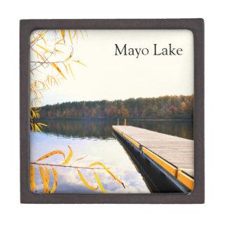 Muelle del barco del lago en otoño cajas de recuerdo de calidad