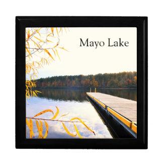 Muelle del barco del lago en otoño caja de recuerdo