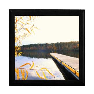 Muelle del barco del lago en otoño cajas de regalo