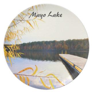 Muelle del barco del lago mayo platos de comidas
