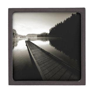 Muelle del barco por el lago caja de regalo de calidad