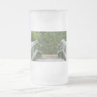 Muelle que lleva en soporte verde del mangle taza cristal mate