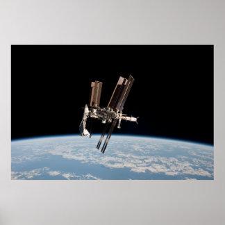 Muelles de la lanzadera con la estación espacial i póster