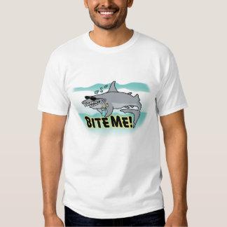 Muérdame camiseta del tiburón remera