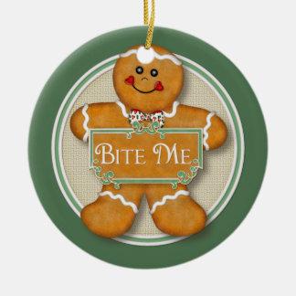 Muérdame el ornamento 2 del hombre de pan de adorno navideño redondo de cerámica