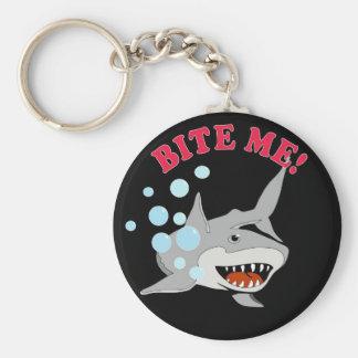 Muérdame tiburón llavero redondo tipo pin