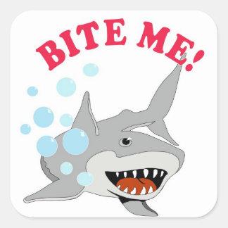 Muérdame tiburón pegatina cuadrada