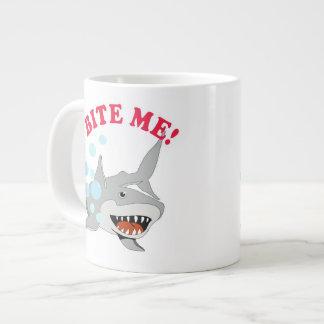 Muérdame tiburón taza grande