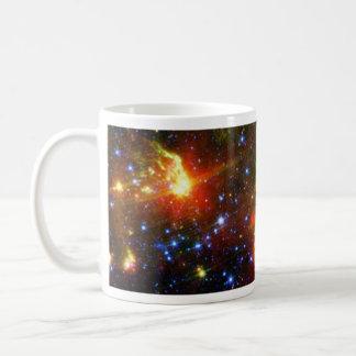 Muerte polvorienta de una estrella masiva taza básica blanca