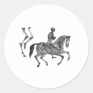 Muerte por el medio galope - caballo esquelético pegatina redonda