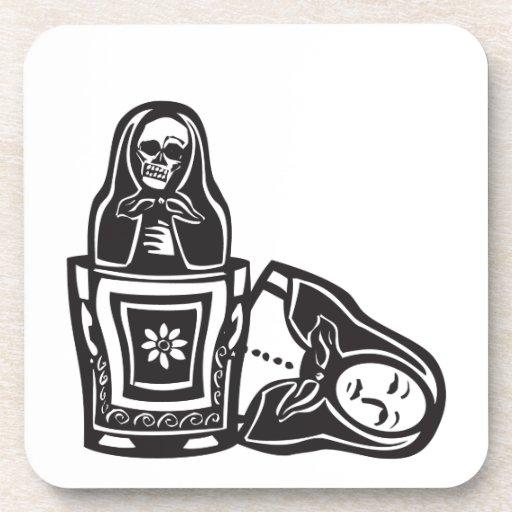 Muerte rusa de la muñeca dentro posavasos de bebida