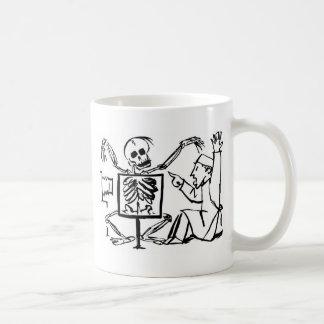 Muerte y el doctor de la radiografía circa 1951 taza de café