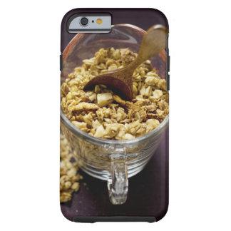 Muesli crujiente con la cuchara de madera en una funda de iPhone 6 tough