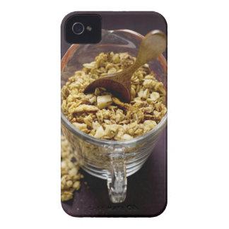 Muesli crujiente con la cuchara de madera en una m iPhone 4 Case-Mate fundas