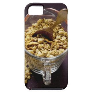 Muesli crujiente con la cuchara de madera en una m iPhone 5 cobertura