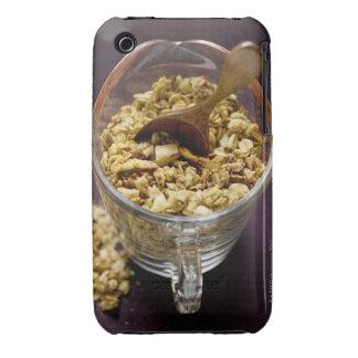Muesli crujiente con la cuchara de madera en una m Case-Mate iPhone 3 cárcasa