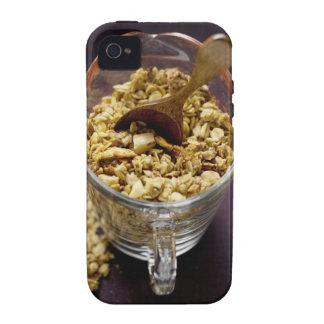 Muesli crujiente con la cuchara de madera en una m iPhone 4/4S carcasa
