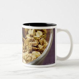 Muesli crujiente con la cuchara de madera en una m tazas de café
