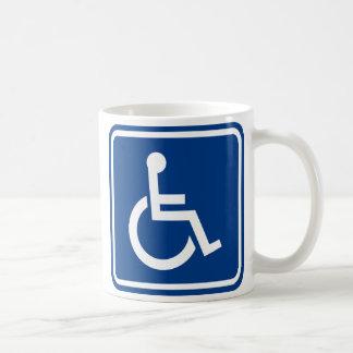 Muestra accesible perjudicada de la silla de rueda tazas de café