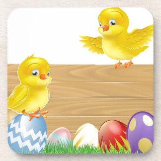 Muestra aislada de Pascua con los huevos y los pol Posavasos De Bebida