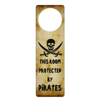 Muestra alegre negra de la puerta del pirata de Ro Colgador Para Puerta