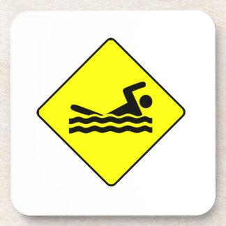 Muestra amarilla de la travesía de la natación posavasos