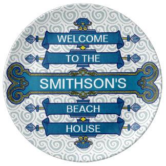 Muestra azul de encargo de la casa de playa con plato de cerámica