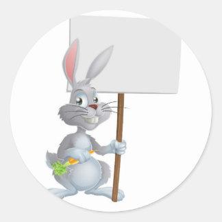 Muestra blanca del conejo de conejito de pascua pegatina redonda