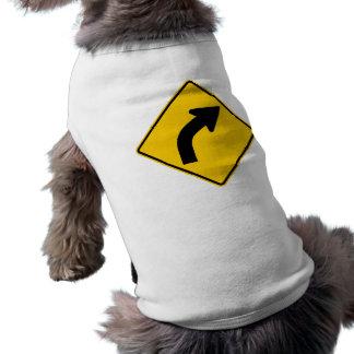Muestra correcta de la carretera de la curva a con playera sin mangas para perro