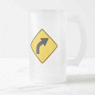 Muestra correcta de la carretera de la curva a jarra de cerveza esmerilada
