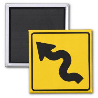 Muestra de la carretera de la carretera con curvas imán cuadrado