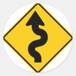 Muestra de la carretera de la carretera con curvas pegatina redonda