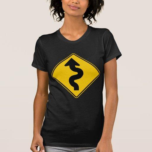 Muestra de la carretera de la carretera con curvas camisetas