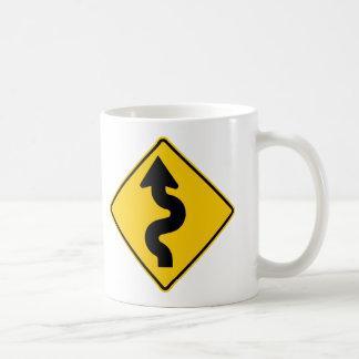 Muestra de la carretera de la carretera con curvas taza básica blanca