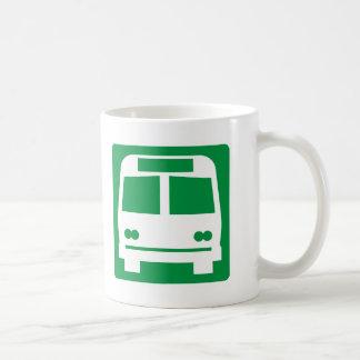 Muestra de la carretera de la parada de autobús taza básica blanca