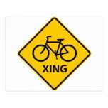 Muestra de la carretera de la travesía de la bicic tarjeta postal