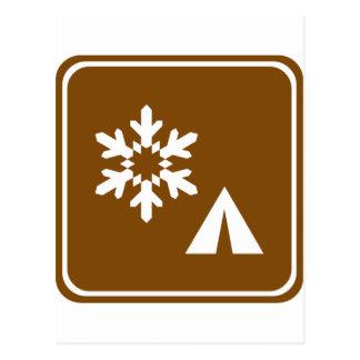 Muestra de la carretera del invierno que acampa tarjeta postal