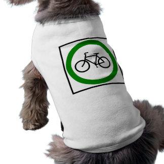 Muestra de la carretera del tráfico de bicicleta playera sin mangas para perro
