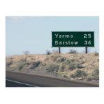 Muestra de la carretera - millas a Yermo y a Postal