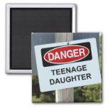 Muestra de la hija adolescente del peligro imanes