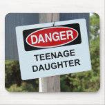 Muestra de la hija adolescente del peligro alfombrilla de ratón