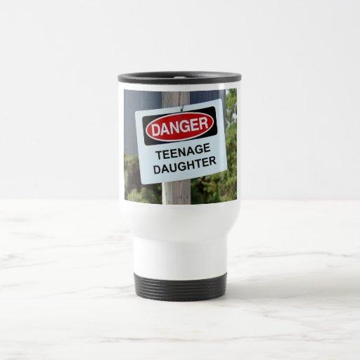 Muestra de la hija adolescente del peligro tazas de café