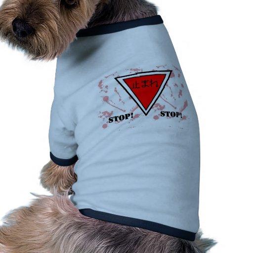 Muestra de la parada del japonés camiseta con mangas para perro