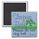 Muestra de la puerta principal del bebé el dormir iman para frigorífico