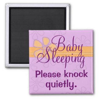 Muestra de la puerta principal el dormir del bebé iman para frigorífico